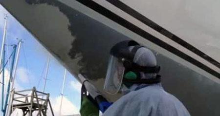 корпус яхты обрабатывается сода бластингом