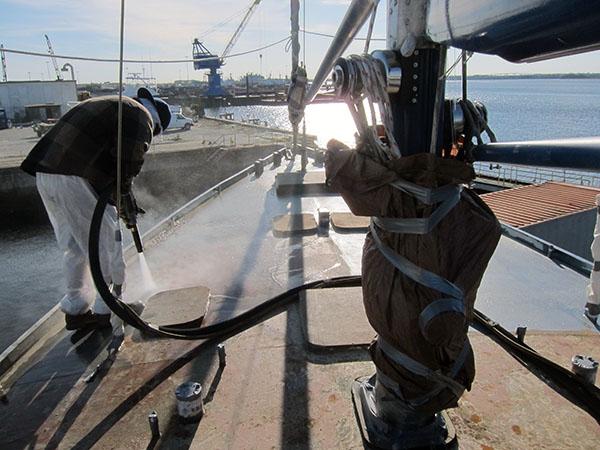 очистка палубы яхты